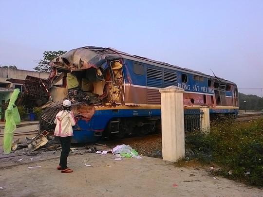 Vụ tai nạn đường sắt kinh hoàng ngày 10/03 khiến 3 toa tàu lật, đứt lìa xe tải
