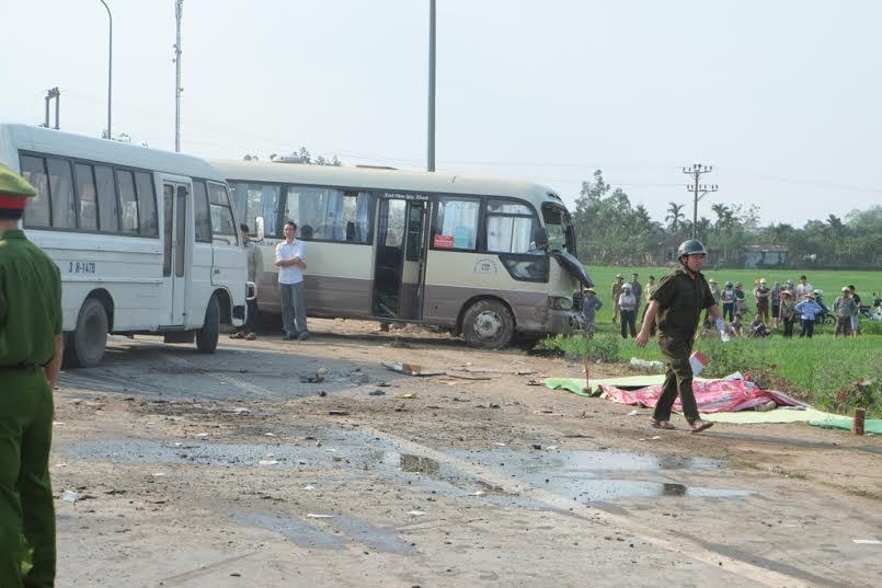 Sau tiếng va chạm mạnh của hai xe khách và xe rơ-moóc, kết cục là 5 người chết và nhiều người khác bị thương