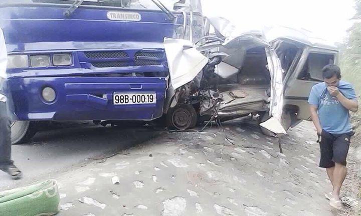 Hai xe chở khách đâm trực diện kinh hoàng ở Lạng Sơn
