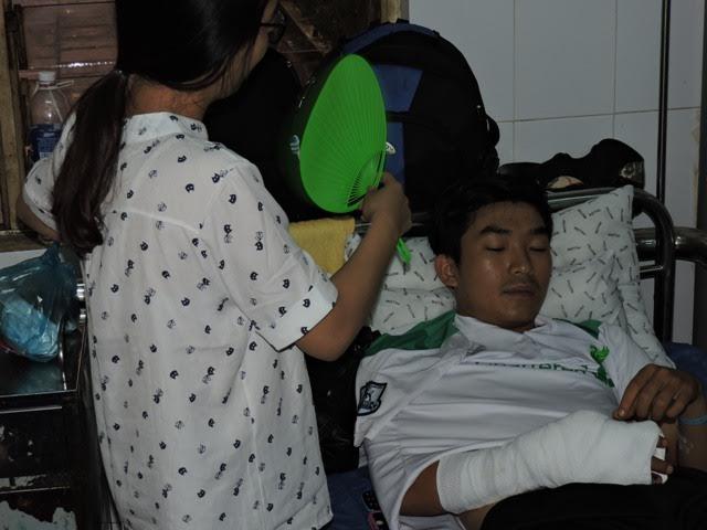 Sau vụ tấn công CSGT, trung úy CSGT bị chém gần lìa tay và phải nhập viện