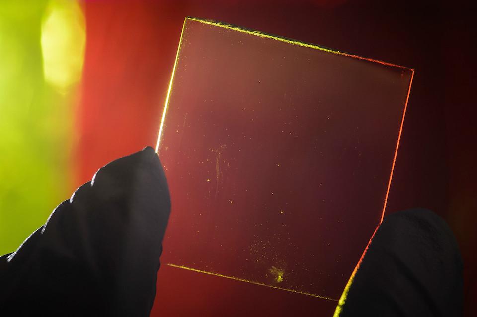 Năng lượng từ những luồng sáng đi qua các tấm pin quang điện sẽ được thu nhận lại