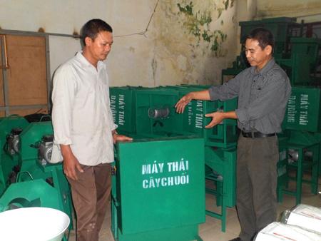 Anh Nguyễn Như Lĩnh (bên phải)và các sản phẩm máy thái củ quả tăng năng suất chăn nuôi