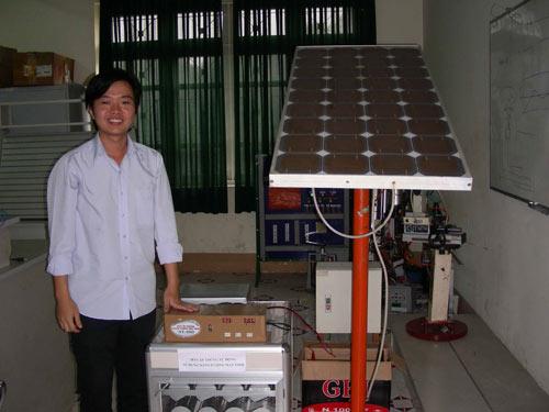 Phúc bên máy ấp trứng bằng năng lượng mặt trời của mình