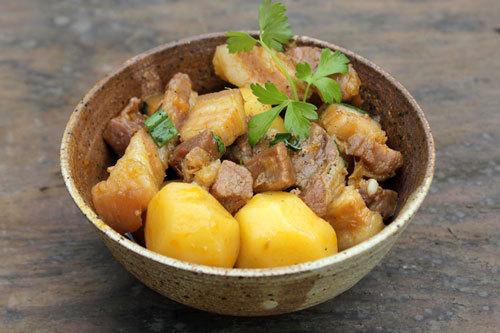Món thịt ba chỉ kho khoai tây đem lại nhiều chất dinh dưỡng và calo giúp người gầy tăng cân nhanh chóng