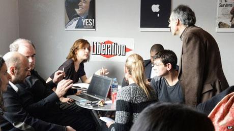 Các nhân viên còn lại của tạp chí châm biếm Charlie Hebdo đang họp bàn về số báo sắp phát hành