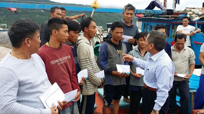 Quỹ hỗ trợ ngư dân đã tới thăm và trao tiền động viên các ngư dân trên tàu cá Quảng Ngãi bị đâm chìm