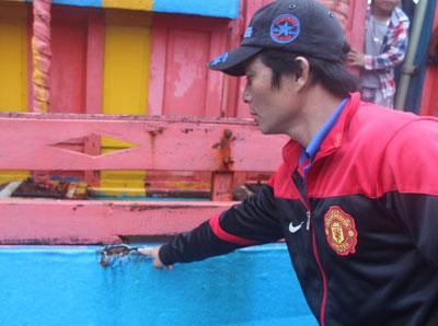 Thuyền trưởng Nguyễn Thành Biên chỉ một vết tích trên tàu cá Quảng Ngãi do bị tàu tuần tiễn Đài Loan đâm va