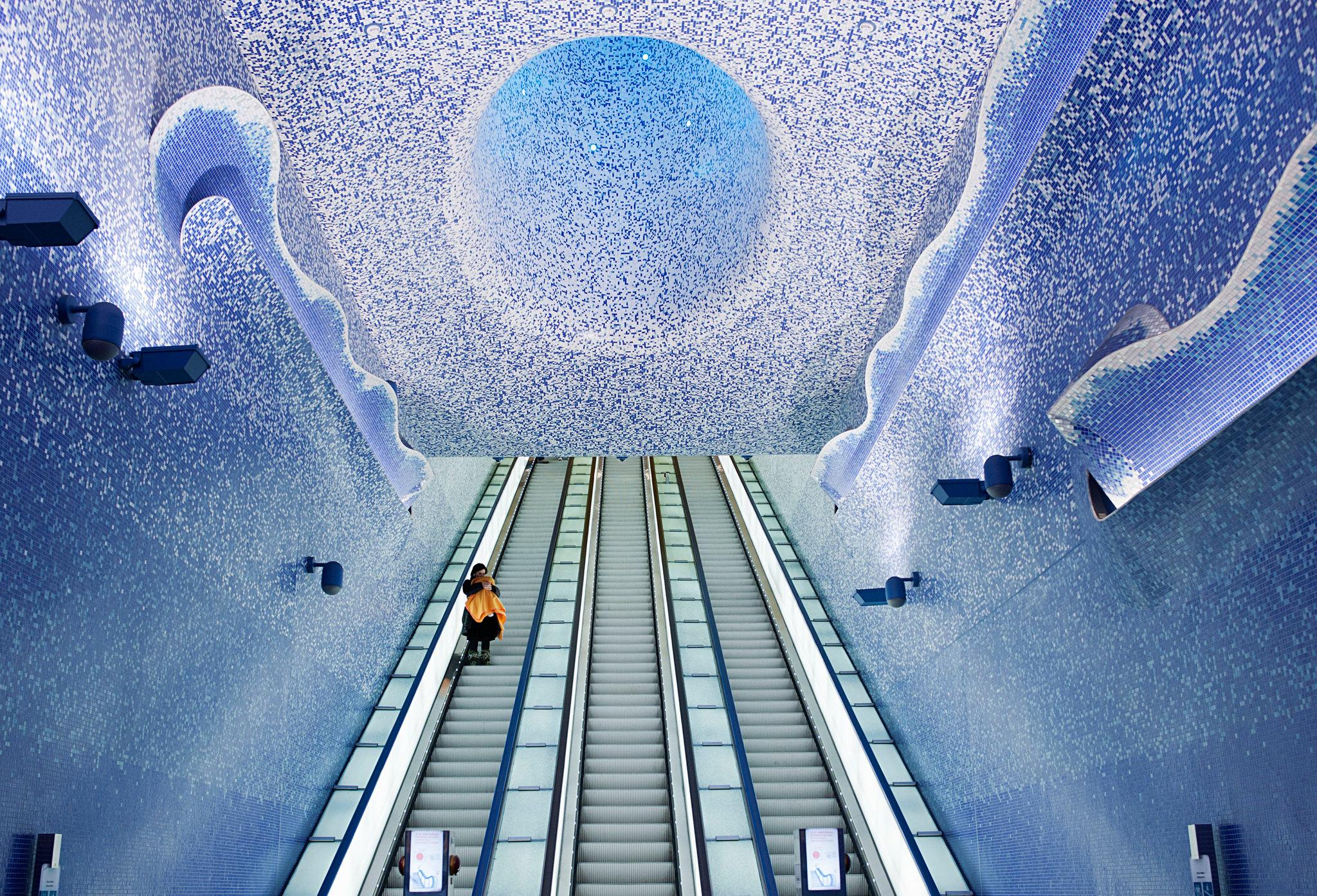 Hệ thống tàu điện ngầm Toledo được thiết kế dựa trên chủ đề của nước và ánh sáng