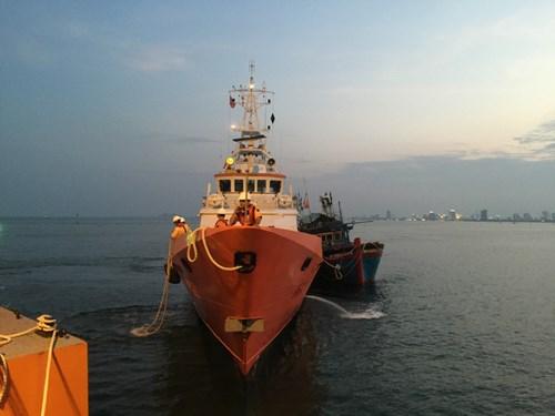 SAR 412 lai dắt KH 96977 về Đà Nẵng an toànSAR 412 lai dắt KH 96977 về Đà Nẵng an toàn