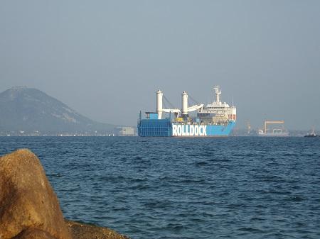 Tàu Rolldock Star chở tàu ngầm kilo Hải Phòng neo đậu ngoài Vịnh Cam Ranh