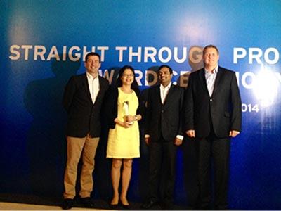 Đại diện Techcombank nhận giải thưởng