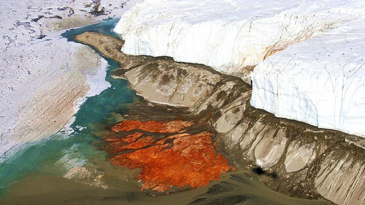 """Thác máu Nam Cực: Ngọn thác này đã gây kinh hoàng cho biết bao nhiêu người dù đó không phải là máu thực sự. Ban đầu các nhà khoa học cho rằng, """"máu"""" gây ra bởi các loại tảo, sau đó thì họ phát hiện đá ở vùng này có nhiều chất sắt oxit gây ra hiện tượng dòng máu đỏ này."""