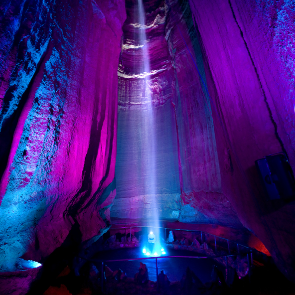 Thác Ruby trong lòng đất, Mỹ: Khác với tất cả những thác nước ở trên, thác Ruby nằm hoàn toàn trong lòng đất, bên trong một hang đá vôi sâu 341 m so với bề mặt núi.