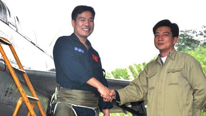 Phi công Nguyễn Hữu Cường (trái)