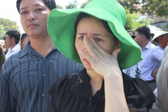Đến 10 giờ, thi hài của phi công Trần Quang Khải được đồng đội đưa lên xe, trở về quê nhà ở xã Tân Dĩnh, huyện Lạng Giang, Bắc Giang. Ảnh: Dân Trí