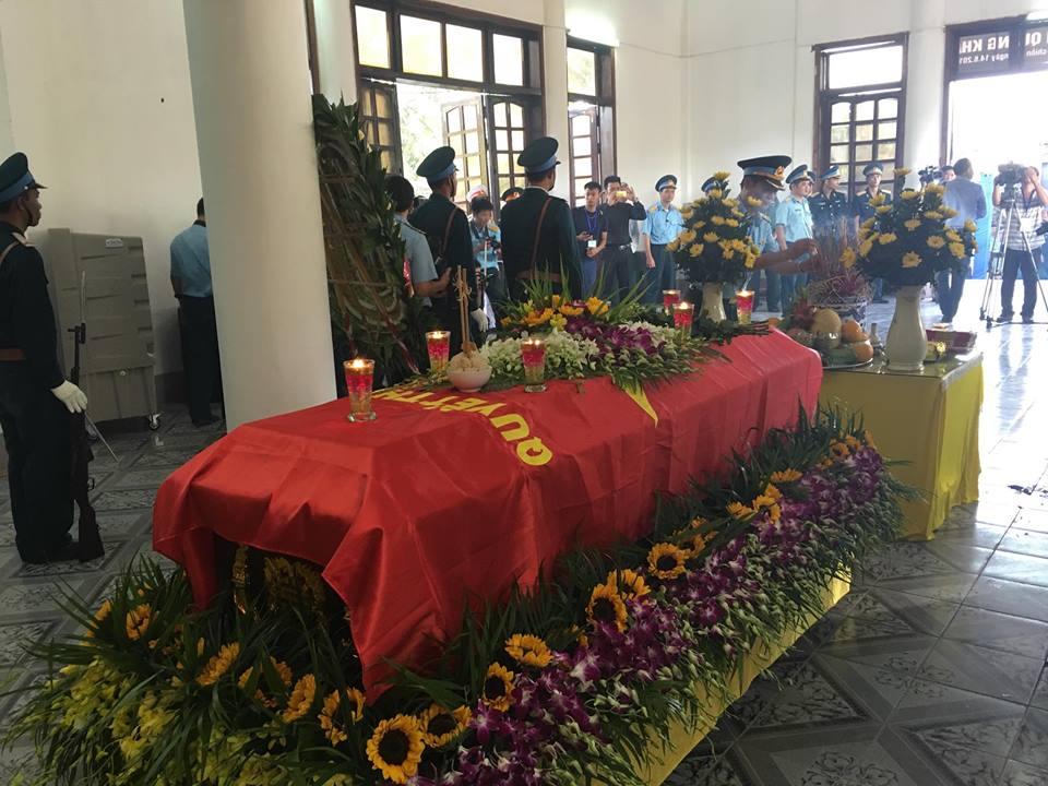 Hàng trăm người nhà và đồng đồng đội nghiêng mình tưởng nhớ người chiến sĩ không quân anh dũng.