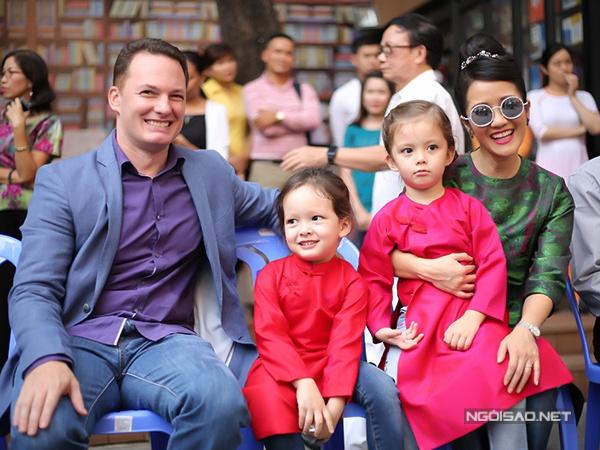 Hồng Nhung từng tự hào chia sẻ rằng bố chồng là bác sĩ sản khoa nên ngay từ khi còn nhỏ Kevin đã từng theo ông vào bệnh viện làm tình nguyện.