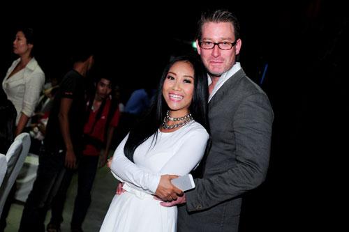 Ông xã ngoại quốc nâng niu mẹ con Đoan Trang như 'báu vật'.