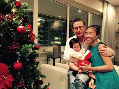 Đang thời kỳ đỉnh cao của sự nghiệp, Đoan Trang chọn cách rời xa ánh đèn sân khấu để lui về làm vợ, làm mẹ và tận hưởng cuộc sống hạnh phúc, viên mãn bên người chồng ngoại quốc giàu có.