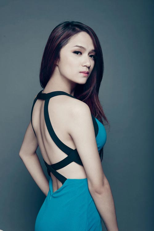 Khi tham gia Vietnam Idol, rất nhiều người không nhận ra Hương Giang là một người chuyển giới bởi cô quá nữ tính và xinh đẹp