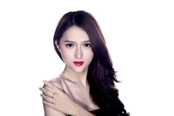 Sau khi dừng chân với vị trí Top 4 tại Vietnam Idol 2012, Hương Giang chính thức gia nhập showbiz.