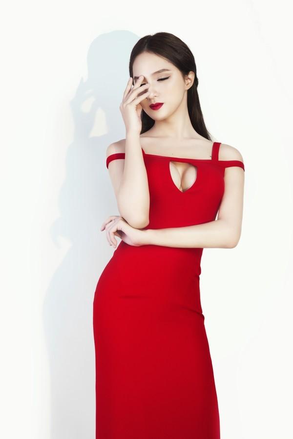 Nữ ca sĩ khiến chính phái nữ cũng phải ''ghen tị'' với vẻ đẹp nóng bỏng của mình