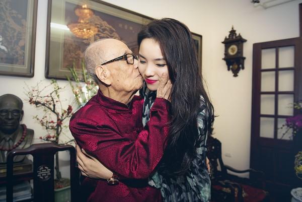 HH Kỳ Duyên đã chia sẻ bức ảnh chúc Tết nhà Giáo sư Vũ Khiêu khiến cư dân mạng bất bình chỉ vì nụ hôn của GS Vũ Khiêu dành cô hoa hậu 18 tuổi này.