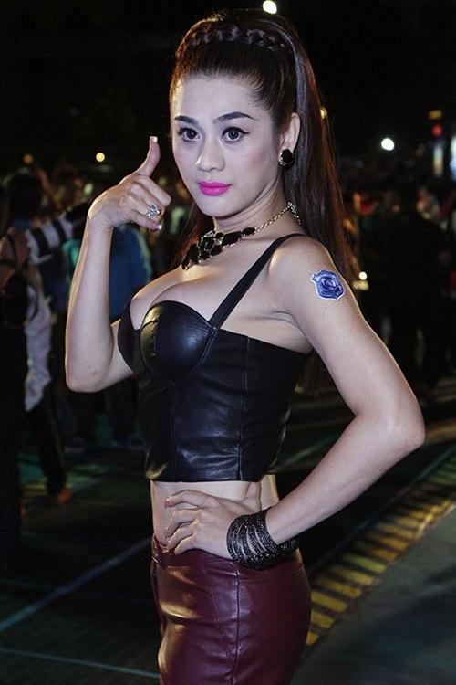 Sự xuất hiện của nữ ca sĩ Khanh Chi Lâm đang làm nhiều nghệ sĩ, khán giả ''choáng váng''.