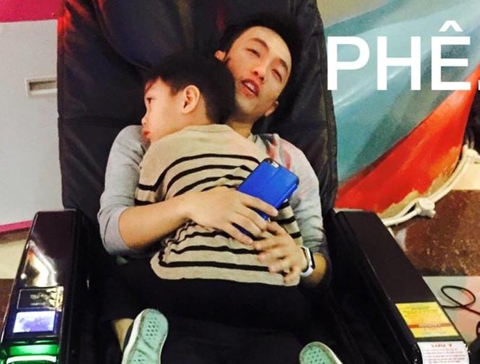 Được biết, ngoài công việc thì Cường Đô la luôn dành thời gian bên con trai để chăm sóc, đưa bé đi chơi nhiều nơi.