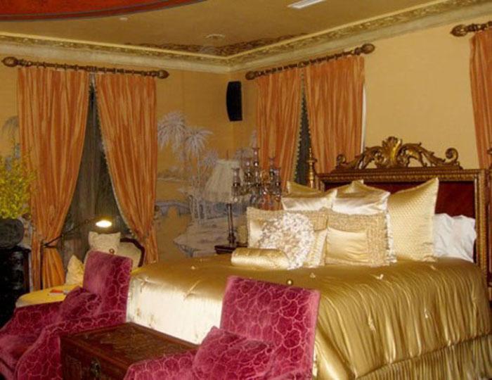 Hoa hậu kiêm ảo thuật gia có một căn biệt thự được xây theo kiến trúc Pháp với trần nhà, cầu thang, phòng tắm, quầy bar… được dát vàng 24k lấp lánh với giá trị ước tính lên đến hơn 10 triệu USD.