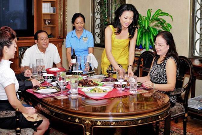 Trở lại Việt Nam, Ngô Mỹ Uyên thỉnh thoảng xuất hiện bên các người đẹp nổi tiếng của thời đó như Hoa hậu Hà Kiều Anh, Thân Thúy Hà, Mỹ Duyên...