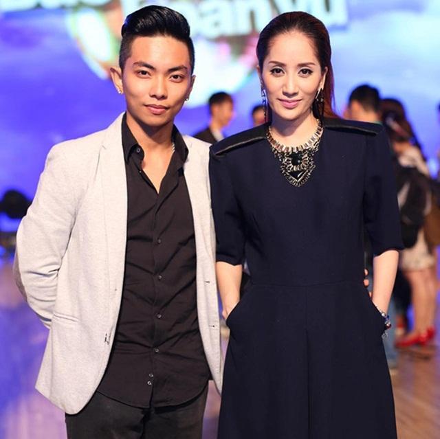 Phan Hiển tên thật là Nguyễn Đoàn Minh Trường, sinh năm 1993, là cháu trai duy nhất trong gia đình có truyền thống Kinh doanh bất động sản.
