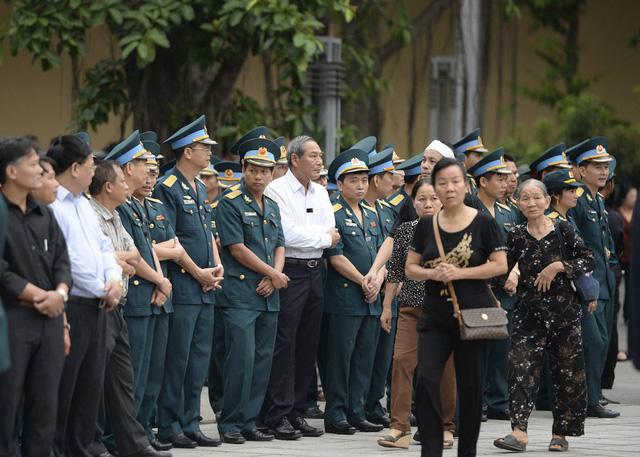 Bên ngoài khu vực Nhà tang lễ, hàng trăm chiến sỹ cảnh sát trật tự, CSGT cùng lực lượng dân quân đang làm nhiệm vụ bảo vệ an ninh, điều tiết giao thông.