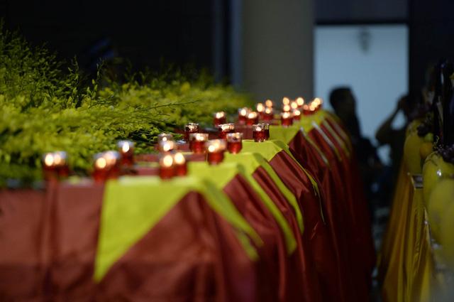 Dòng chữ ''Vô cùng thương tiếc các đồng chí liệt sĩ hy sinh trong khi làm nhiệm vụ bay tìm kiếm cứu nạn ngày 16 tháng 6 năm 2016'' trang trọng chính giữa đại phòng Nhà tang lễ. 9 chiếc quan tài được phủ bằng những lá cờ Tổ quốc, phía trước là di ảnh các liệt sĩ.