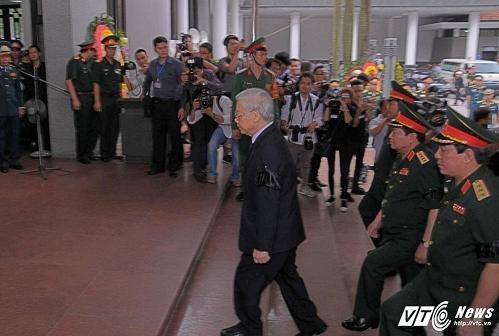 Tang lễ bắt đầu, đoàn Quân ủy trung ương dẫn đầu là Tổng bí thư Nguyễn Phú Trọng vào viếng.