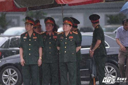 Đoàn Bộ Quốc phòng do Bộ trưởng Ngô Xuân Lịch làm trưởng đoàn vào viếng.