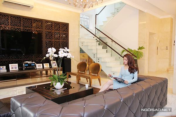 Ở mỗi lầu đều có quầy bar và nhân viên phục vụ mỗi khi gia chủ có khách.