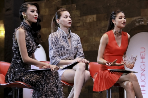Tập năm của chương trình The Face Việt Nam phát sóng tối 16/7. Các thí sinh phải vượt qua hai phần thử thách liên quan đến catwalk. Một là trình diễn trên bậc thang đá trơn, hai là sải bước trên chiếc bàn tiệc có nhiều chướng ngại vật.
