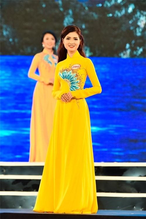 Là sinh viên ĐH Mỹ thuật công nghiệp, nên gu thời trang của Huyền Trang cũng hơn người.
