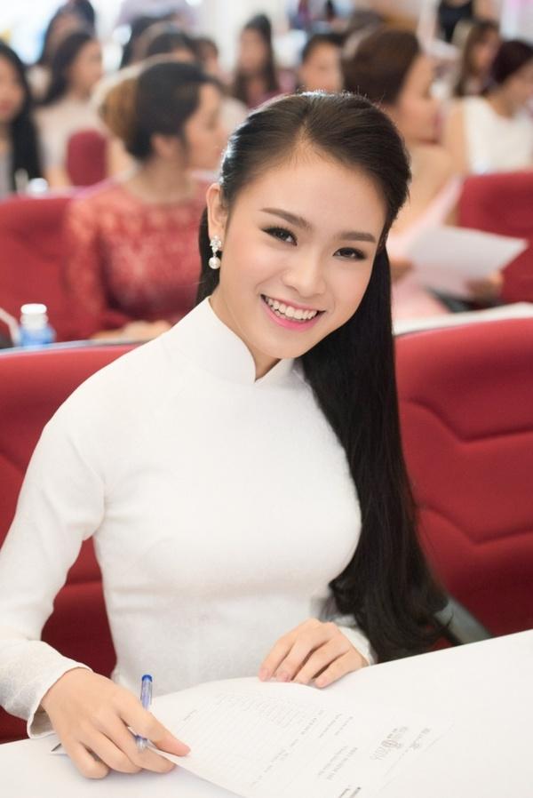 Phùng Bảo Ngọc Vân, 19 tuổi, hiện đang sống tại Hà Nội, là một trong những thí sinh gây chú ý khi vừa lọt vào vòng chung kết Hoa hậu Việt Nam 2016.