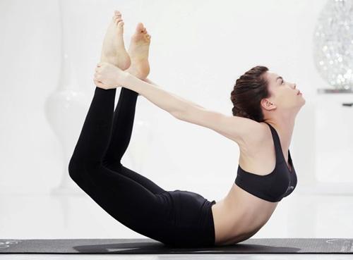 Đôi chân của cô không quá dài, nhưng thẳng tắp, khoẻ khoắn nhờ chế độ ăn uống và luyện tập một cách khoa học. Trang phục luôn được Hà Hồ ưu tiên là những bộ cánh ôm sát, khoe được đôi chân dài của mình.
