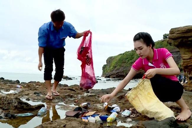 Bắt đầu hành trình nhân ái của mình, Ngọc Trân khảo sát những bờ đá trải dài dọc theo biển Lý Sơn đang bị ô nhiễm do rác thải, rác sinh hoạt, rác ngư dân trôi dạt tấp vào bờ.