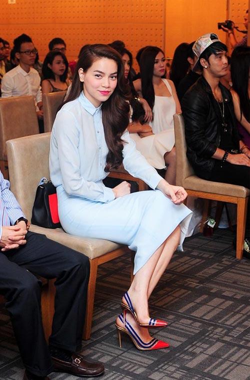 Đôi giầy đẹp mắt này của Hà Hồ của hãng giầy trứ danh Louboutin.