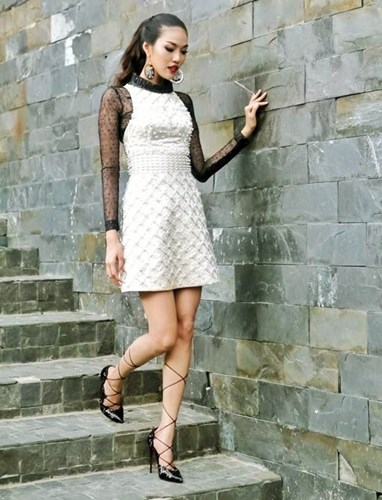 Kết hợp cùng mẫu đầm trắng phối ren đen của nhà thiết kế Tùng Vũ, Lan Khuê chọn đôi giày Impera dây đan đẹp mắt của thương hiệu Christian Louboutin. Mẫu giày được cắt laser tinh xảo này có giá 1.295 USD (29 triệu đồng).