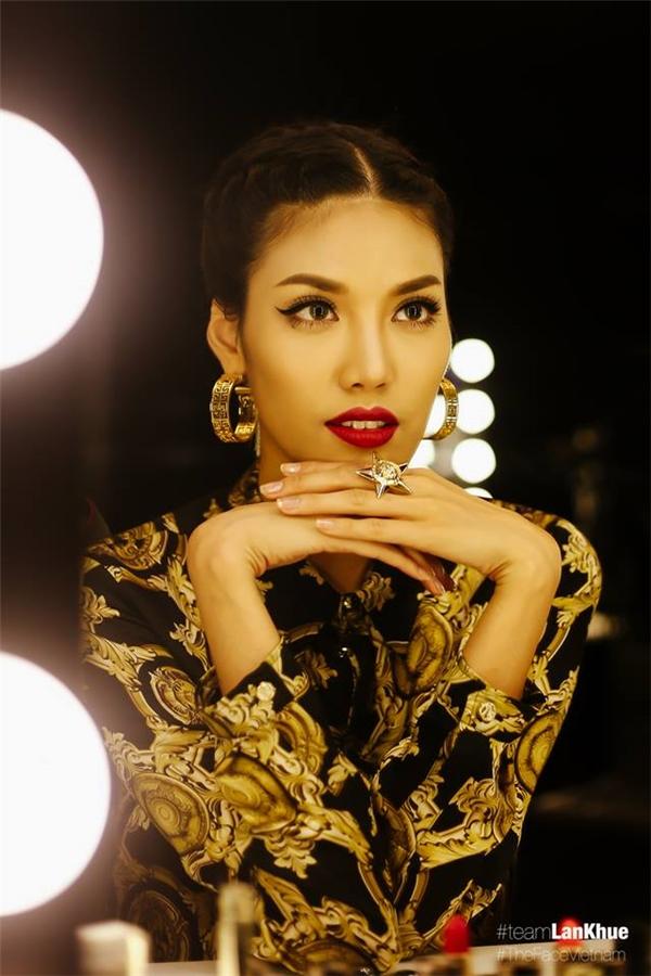 . Trang phục đi từ đơn giản đến cá tính, sành điệu hay cầu kỳ. Có những trang phục tạo nên trend cho mỹ nhân Việt, có những thiết kế lại mang đậm cá tính riêng của NTK được Lan Khuê thể hiện rõ nét khi cô diện lên người.