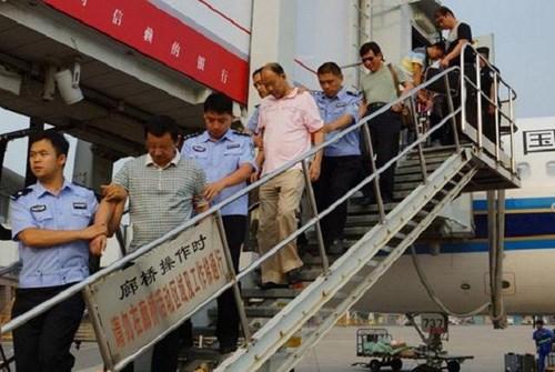 Hai tội phạm tham nhũng Trung Quốc trốn ra nước ngoài bị đưa về nước tháng 8/2014