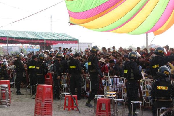 Rất đông người dân tới tham dự phiên tòa