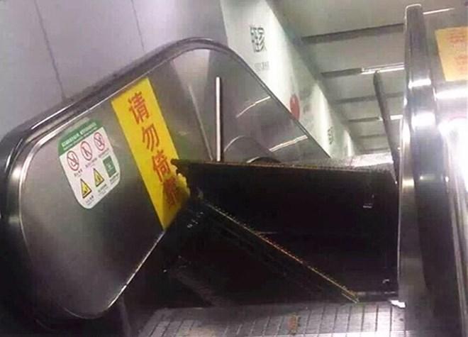 Ảnh chụp các bậc thang của chiếc thang cuốn Trung Quốc bất ngờ bật tung được đăng tải lên mạng xã hội