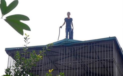 Thanh niên cố thủ trên nóc nhà hơn 10 giờ