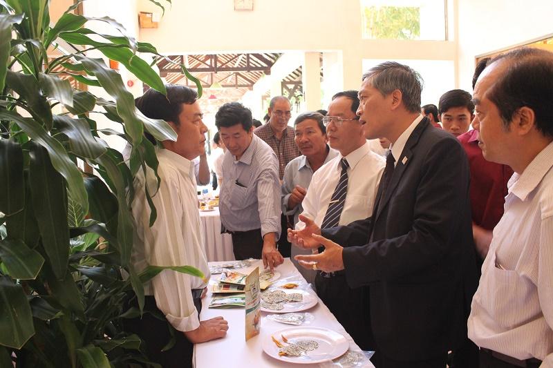 Thứ trưởng Bộ Khoa học và công nghệ Trần Văn Tùng trao đổi và tìm hiểu về công nghệ làm thanh long sấy dẻo của Công ty TNHH TMDV XNK Bé Dũng